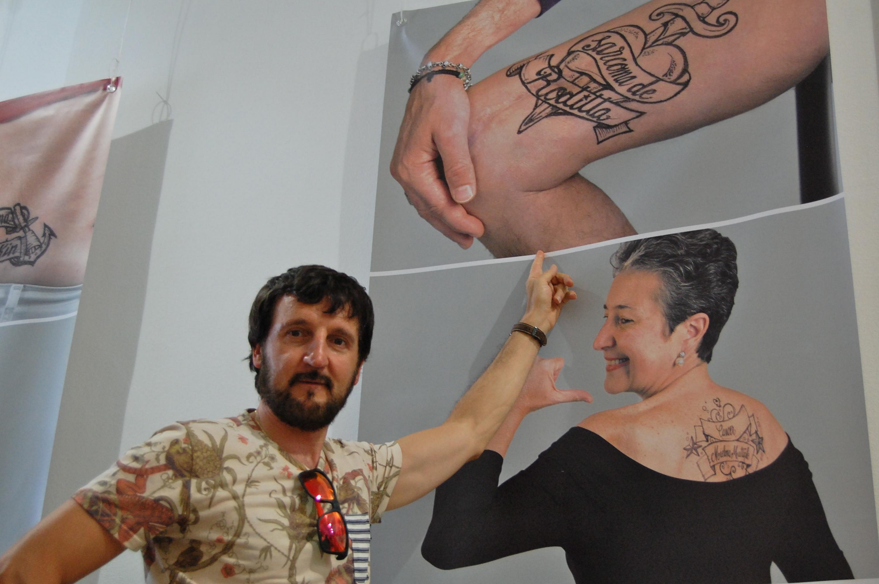 Paciente señalando su foto en la exposición
